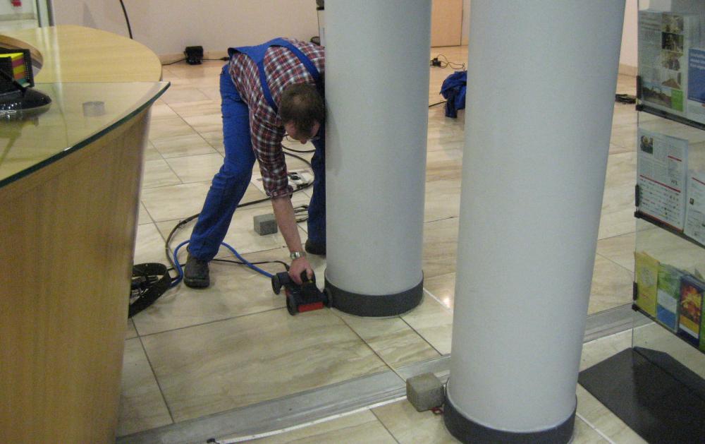 Ortung der Leitung einer Fußbodenheizung